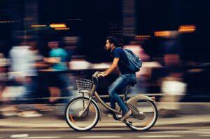 Ragazzo in bicicletta che gira per la città